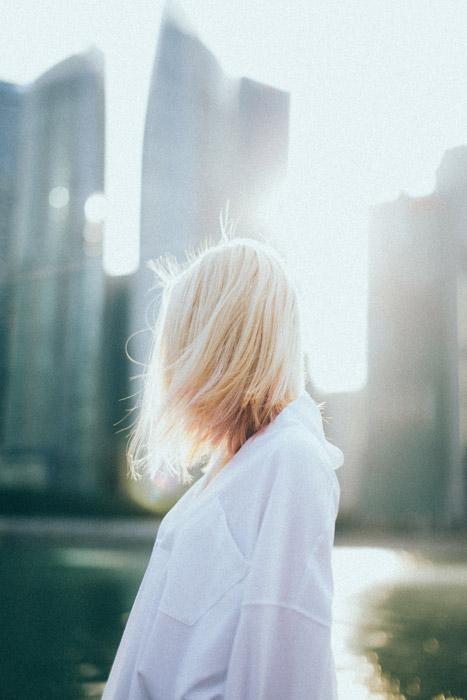 フリー写真 太陽の光と金髪の外国人女性