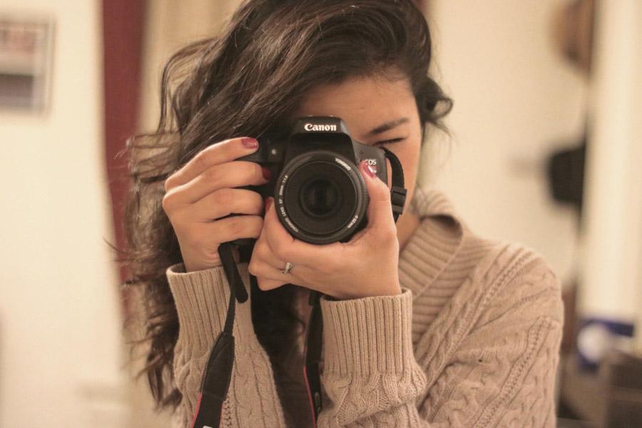 フリー写真 デジイチで写真を撮る外国人女性