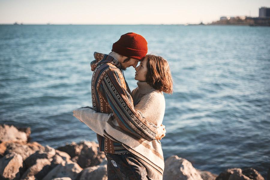 フリー写真 額を付けて抱き合うカップル