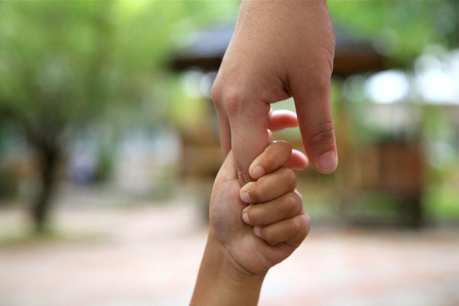 フリー写真 親の人差し指を握っている子供の手