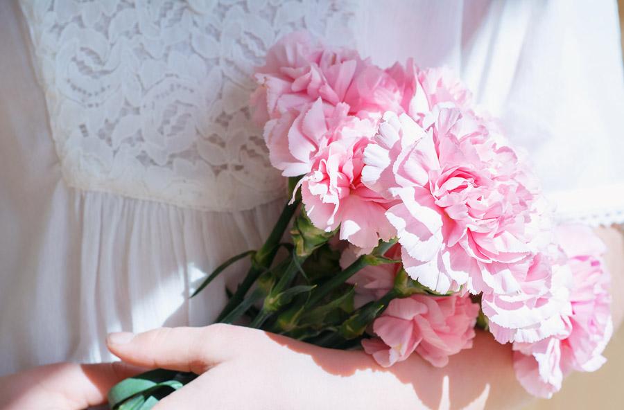 フリー写真 腕に抱えられたカーネーションの花束