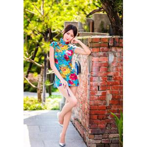 フリー写真, 人物, 女性, アジア人女性, 女性(00177), 中国人, チャイナドレス, 頬杖をつく, レンガ