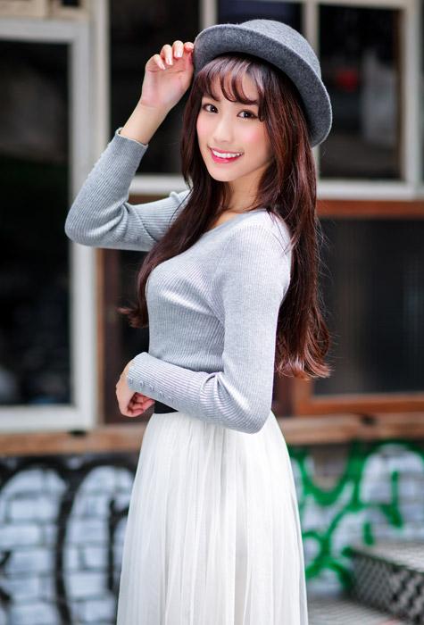 フリー写真 帽子に手を当てる女性のポートレイト