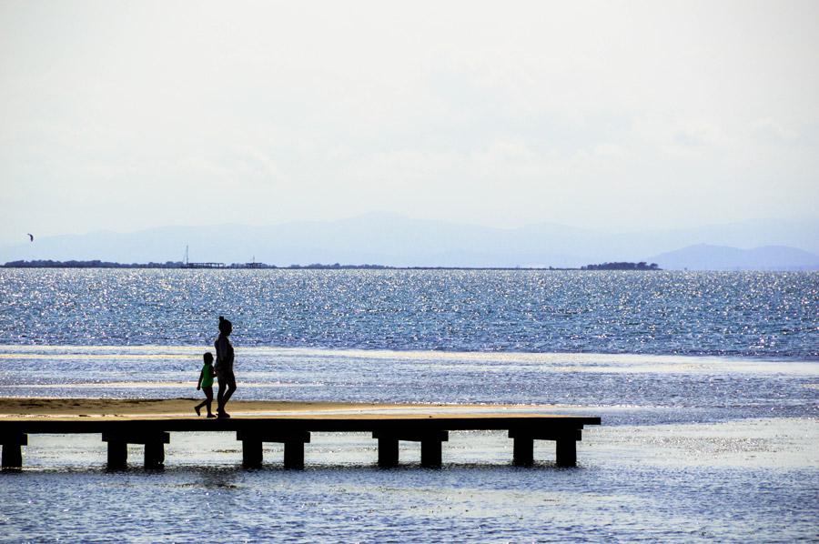 フリー写真 桟橋を歩く親子