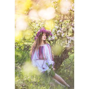 フリー写真, 人物, 女性, 外国人女性, ウクライナ人, 座る(地面), 花冠, 人と花, 草むら