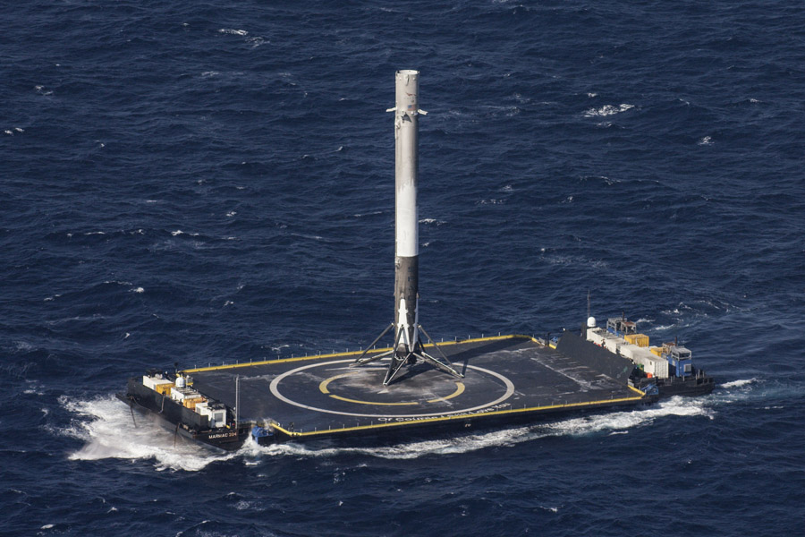 フリー写真 洋上着陸に成功したファルコン9ロケット