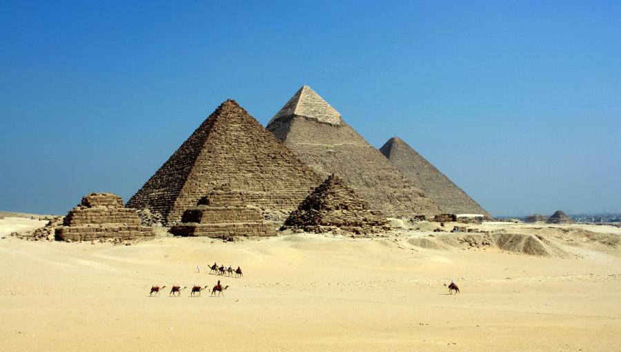 フリー写真 ギザの三大ピラミッドと砂漠を歩くラクダの風景