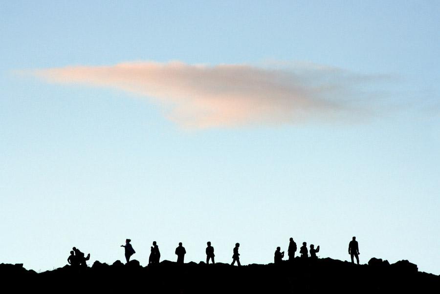 フリー写真 空に浮かぶ雲と人々のシルエット