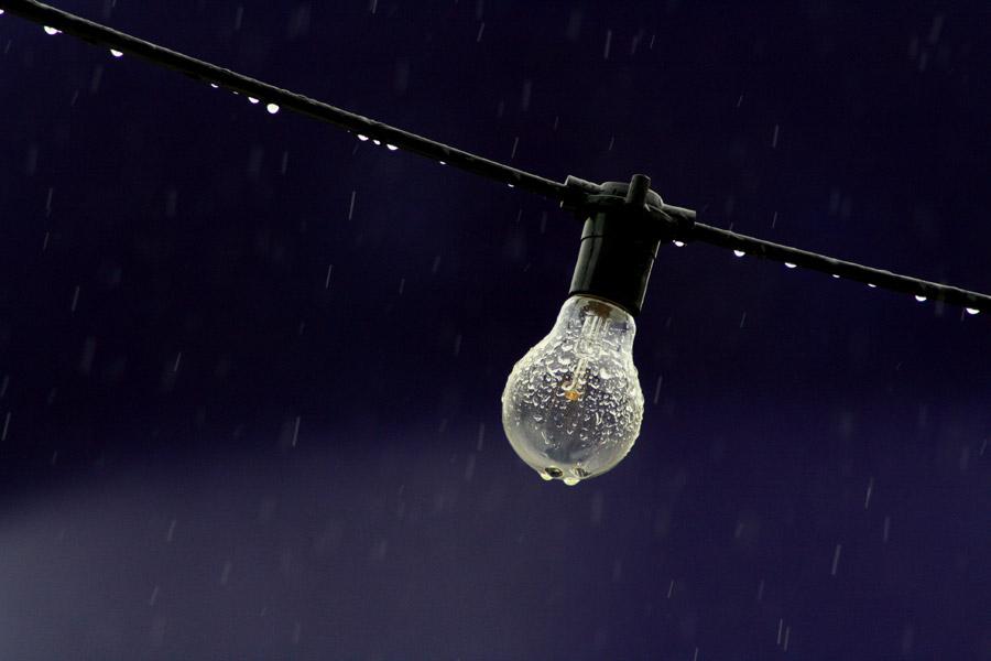 フリー写真 雨に濡れる白熱電球
