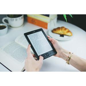 フリー写真, 人体, 手, 家電機器, 電子ブックリーダー, 電子書籍, キンドル(Kindle), 読む(読書), 本(書籍)