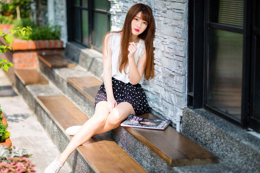 フリー写真 庭のベンチに座っている女性のポートレイト