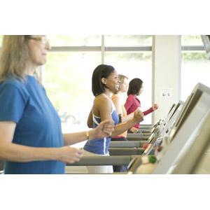 フリー写真, 人物, 女性, 外国人女性, 集団(グループ), 黒人女性, 運動, フィジカルトレーニング, ジョギング, 走る, ランニングマシン(ルームランナー), トレーニングジム, 四人