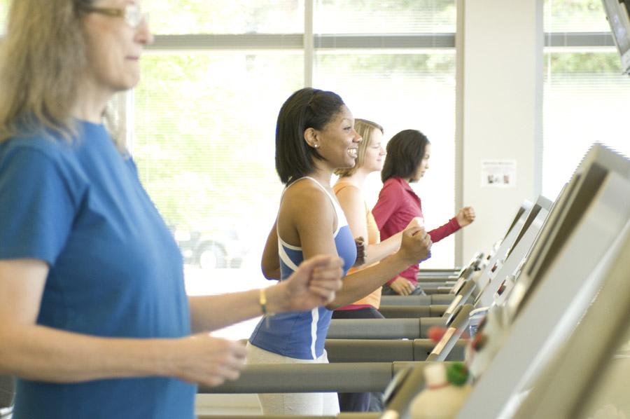 フリー写真 ランニングマシンでジョギングしている外国人女性たち