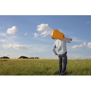 フリー写真, 人物, 男性, 人と風景, 楽器, 弦楽器, ギター, アコースティックギター, 腰に手を当てる, 後ろ姿, 草原, 草むら, 青空