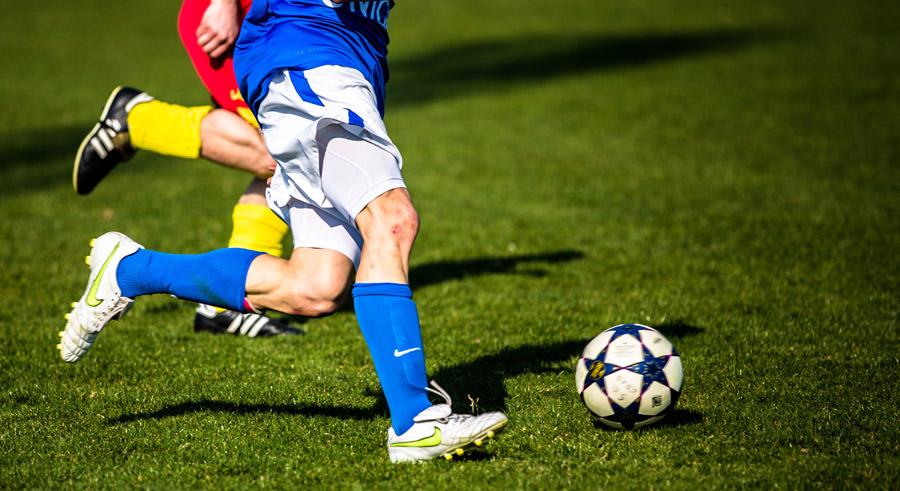 フリー写真 試合中のサッカー選手