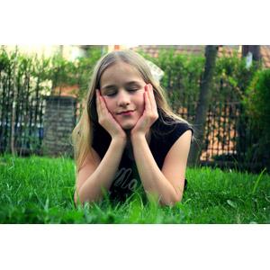 フリー写真, 人物, 少女, 外国の少女, コソボ人, 目を閉じる, 腹這い, 頬に手を当てる