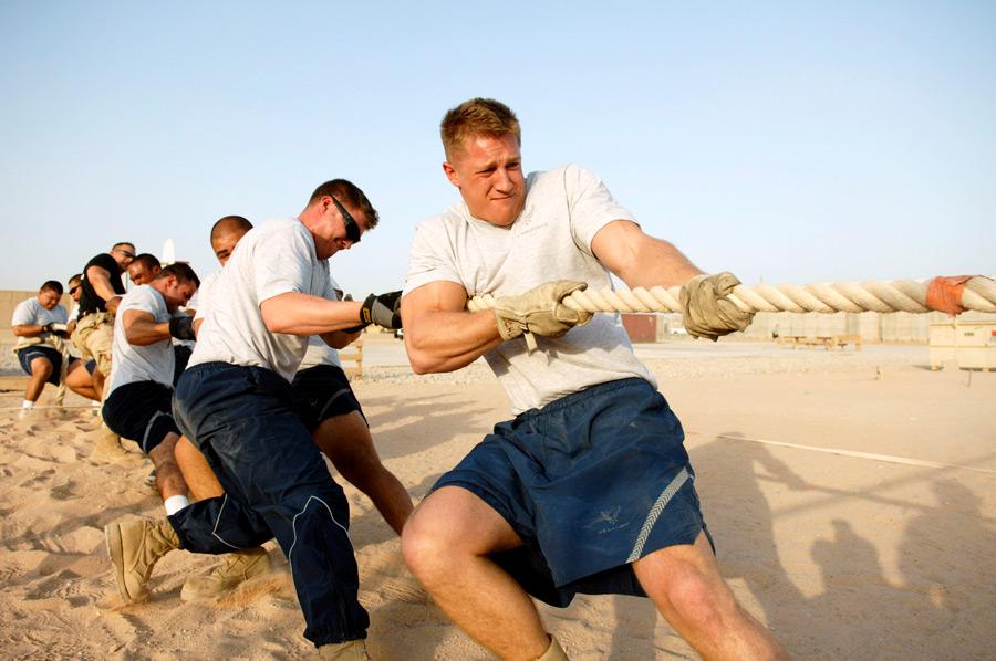 フリー写真 綱引きをしている外国人の男性たち