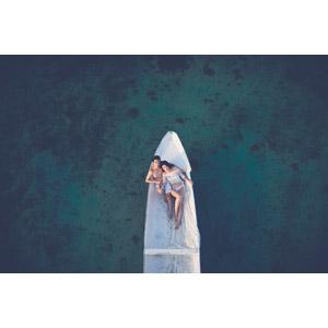 フリー写真, 人物, カップル, 恋人, 二人, 水着, 人と乗り物, 船, 手漕ぎボート, 海, 人と風景