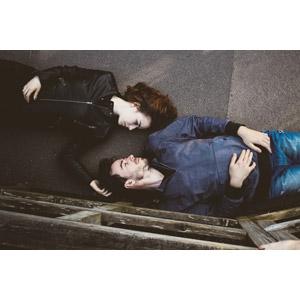 フリー写真, 人物, カップル, 恋人, 寝転ぶ, 仰向け, イギリス人, 向かい合う
