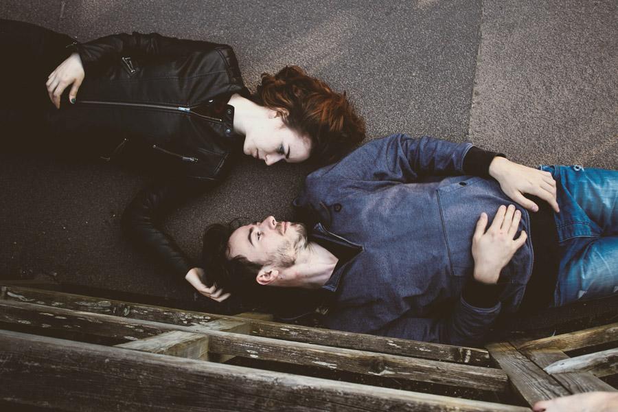 フリー写真 地面に寝転ぶカップル