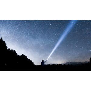 フリー写真, 風景, 人と風景, 夜, 夜空, 星(スター), 懐中電灯, 光線