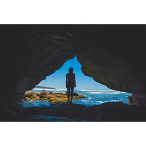 フリー写真, 人物, 女性, シルエット(人物), 後ろ姿, 人と風景, 洞窟, 海, 海岸