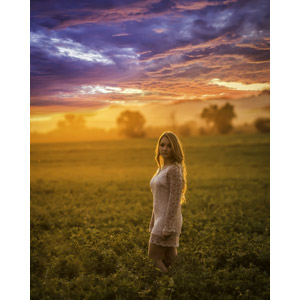フリー写真, 人物, 女性, 外国人女性, 女性(00036), 振り返る, 人と風景, 牧草地, 夕暮れ(夕方), 夕焼け, 雲