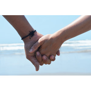 フリー写真, 人体, 手, 手をつなぐ, カップル, 恋人, ビーチ(砂浜), 愛(ラブ)