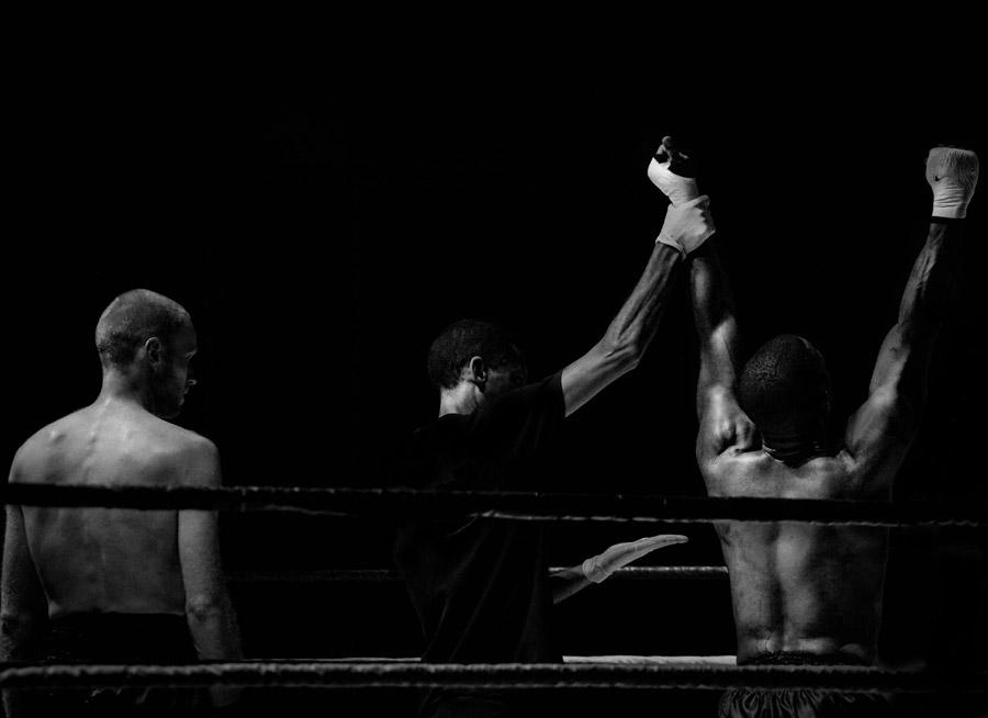 フリー写真 ボクシングの勝者と敗者