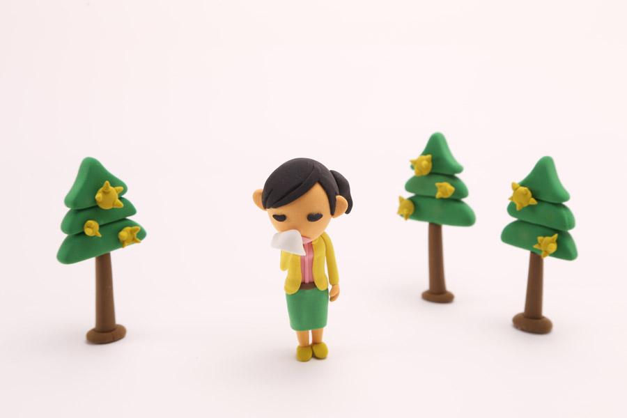 フリー写真 杉花粉と花粉症の女性の人形