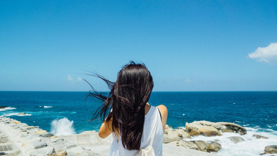 フリー写真 海を眺める少女の後ろ姿