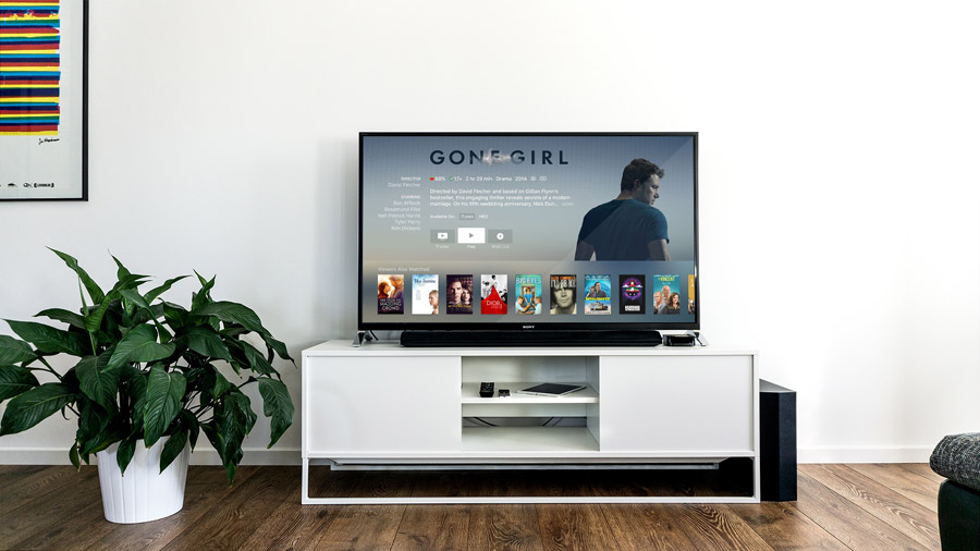 フリー写真 アップルTVに接続されたテレビのある部屋の風景