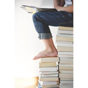 フリー写真, 人体, 脚, 足, 読む(読書), 本(書籍), 勉強(学習), ジーンズ(ジーパン)