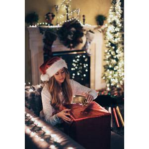 フリー写真, 人物, 女性, 外国人女性, 年中行事, 12月, クリスマス, クリスマスプレゼント, クリスマスライト, サンタ帽子