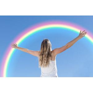フリー写真, 人物, 女性, 外国人女性, 後ろ姿, 人と風景, 青空, 空, 虹, 手を広げる, 歓喜, 喜ぶ(嬉しい)