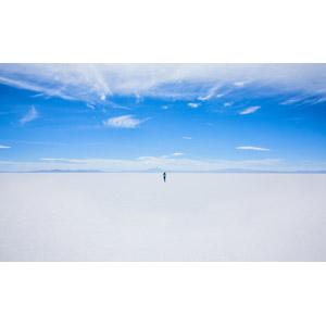 フリー写真, 風景, 塩湖, 青空, 人と風景, 後ろ姿, ウユニ塩湖, ボリビアの風景