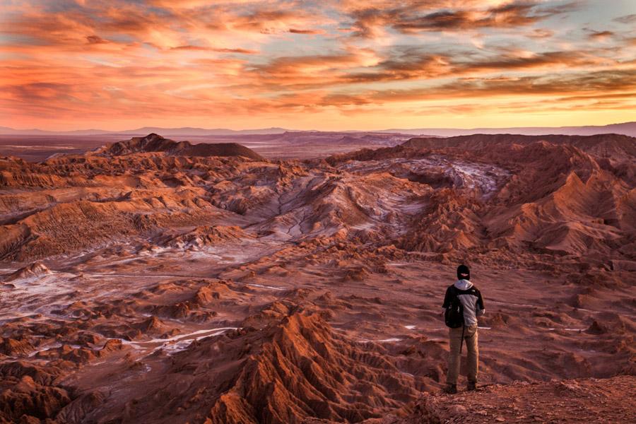 フリー写真 夕暮れの荒野に立つ男性の後ろ姿