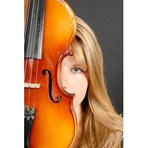 フリー写真, 人物, 女性, 外国人女性, イタリア人, 顔, 隠れる, 音楽, 楽器, 弦楽器, バイオリン(ヴァイオリン), 金髪(ブロンド)