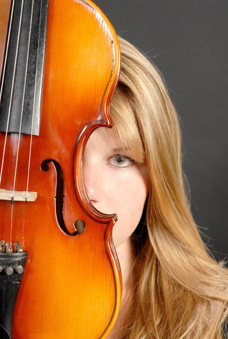 フリー写真 バイオリンと外国人女性の顔