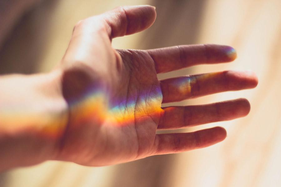 フリー写真 手に当たる虹