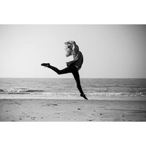 フリー写真, 人物, 女性, 外国人女性, 跳ぶ(ジャンプ), ビーチ(砂浜), モノクロ
