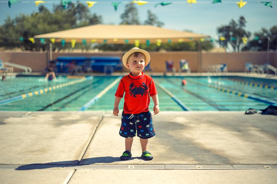 フリー写真 プールサイドに立つ外国の男の子