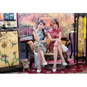 フリー写真, 人物, 女性, アジア人女性, 佳歆(00199), 欣欣(00001), 中国人, チャイナドレス, 二人, 座る(椅子), 足を組む, 煙管(キセル)