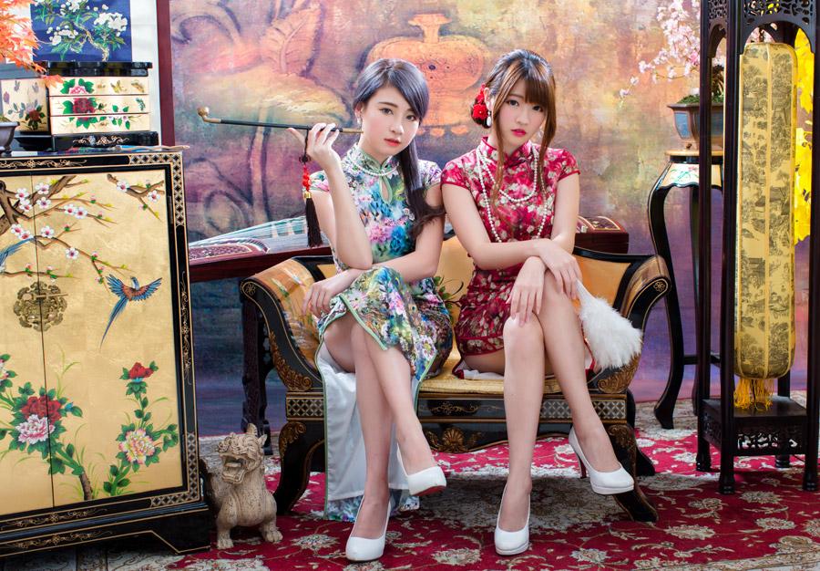 フリー写真 チャイナドレス姿で足を組んで座っている二人の女性