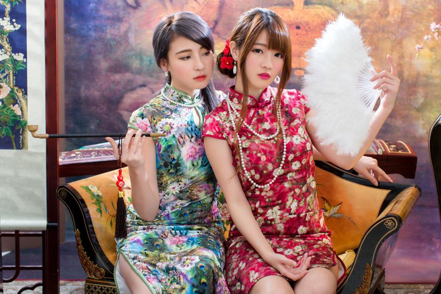フリー写真 キセルとファー扇子を持って座っている二人の女性