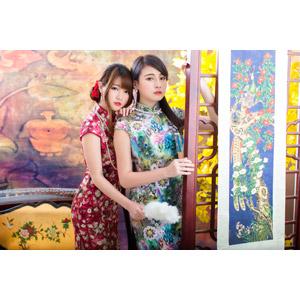 フリー写真, 人物, 女性, アジア人女性, 佳歆(00199), 欣欣(00001), 中国人, チャイナドレス, 二人, 掛軸(掛け軸)
