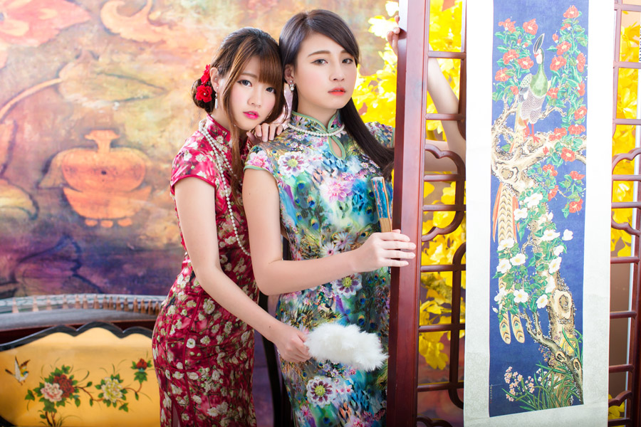フリー写真 掛け軸とチャイナドレス姿の二人の女性