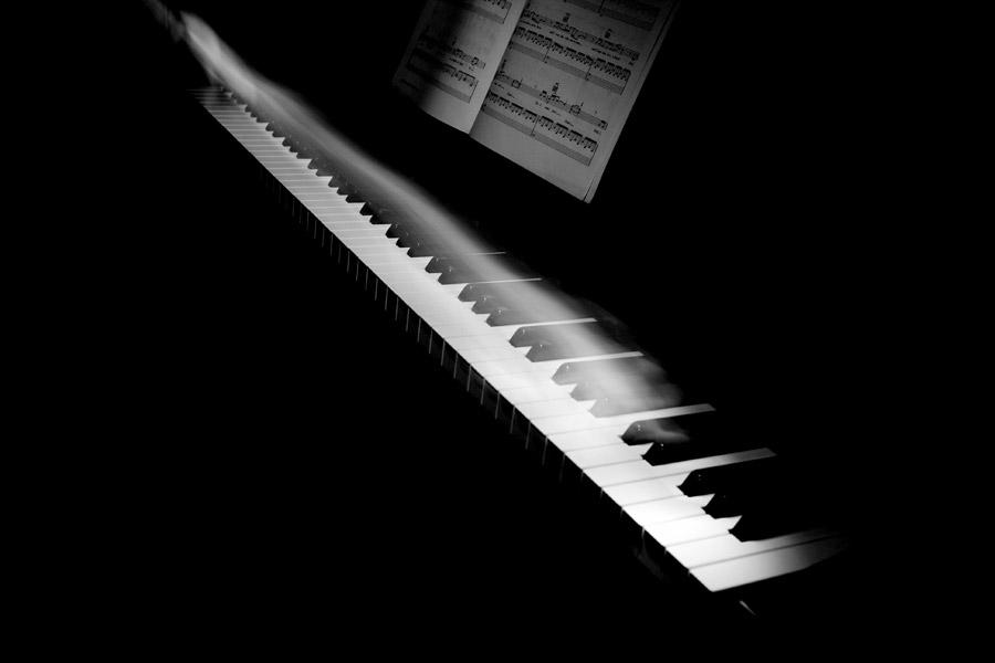 フリー写真 ピアノと演奏する手の軌跡