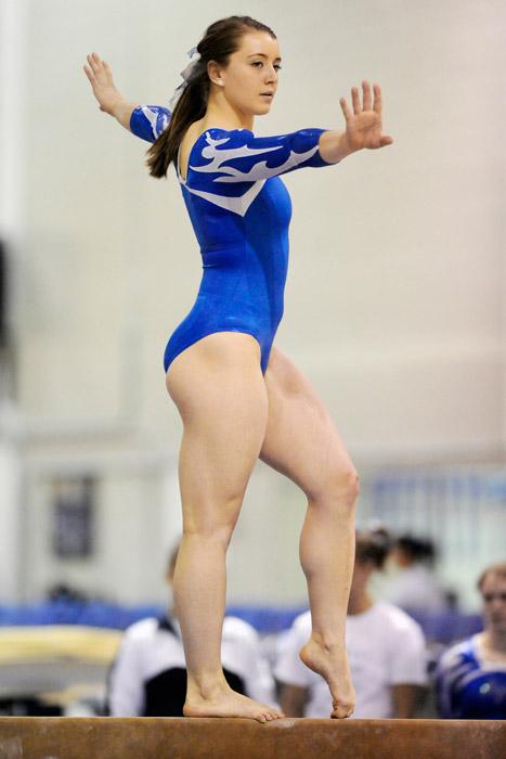 フリー写真 平均台の上で手を広げる体操選手