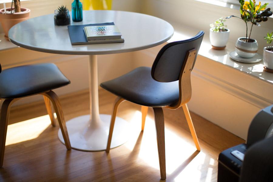 フリー写真 円卓と椅子が置かれた部屋の風景